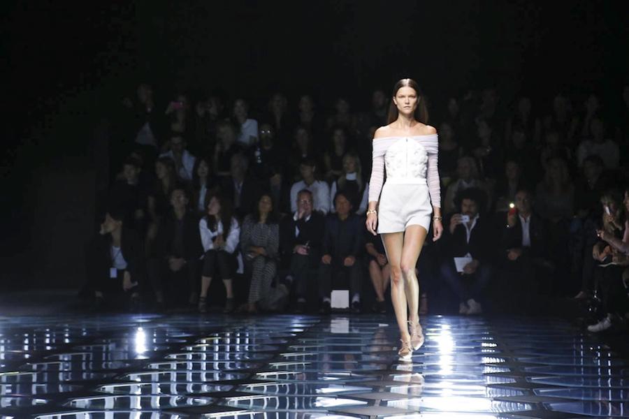 Look Balenciaga Primavera 2015 escote off the shoulder