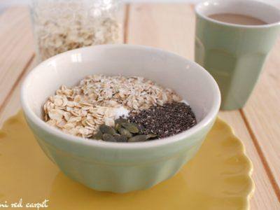 Desayuno completo con yogur, cereales, semillas